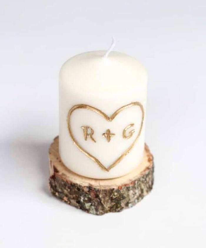 table romantique pour saint valentin une bougie sculpté avec des initiales