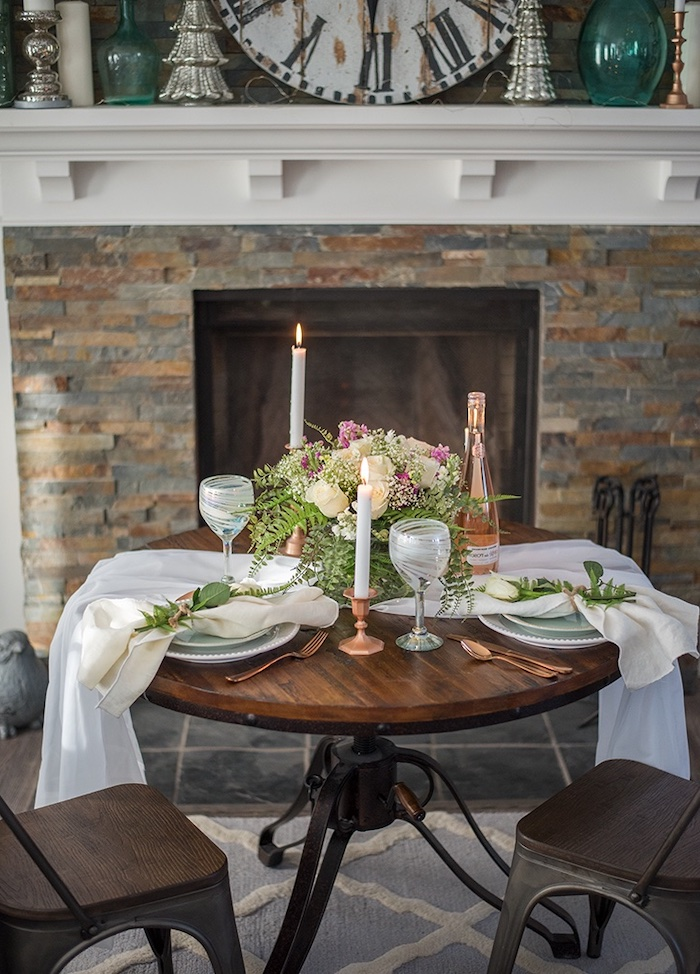 table st valentin avec un chemin en tissu deux chendelles et un bouquet