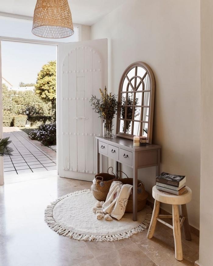 tapis blanc rond franges décoration entrée maison lampe rotin meuble couloir bois panier tressé