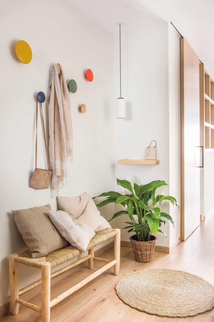 tapis jute déco nature banquette bois et rotin étagère bois coussins couleurs beige idee deco entree plante