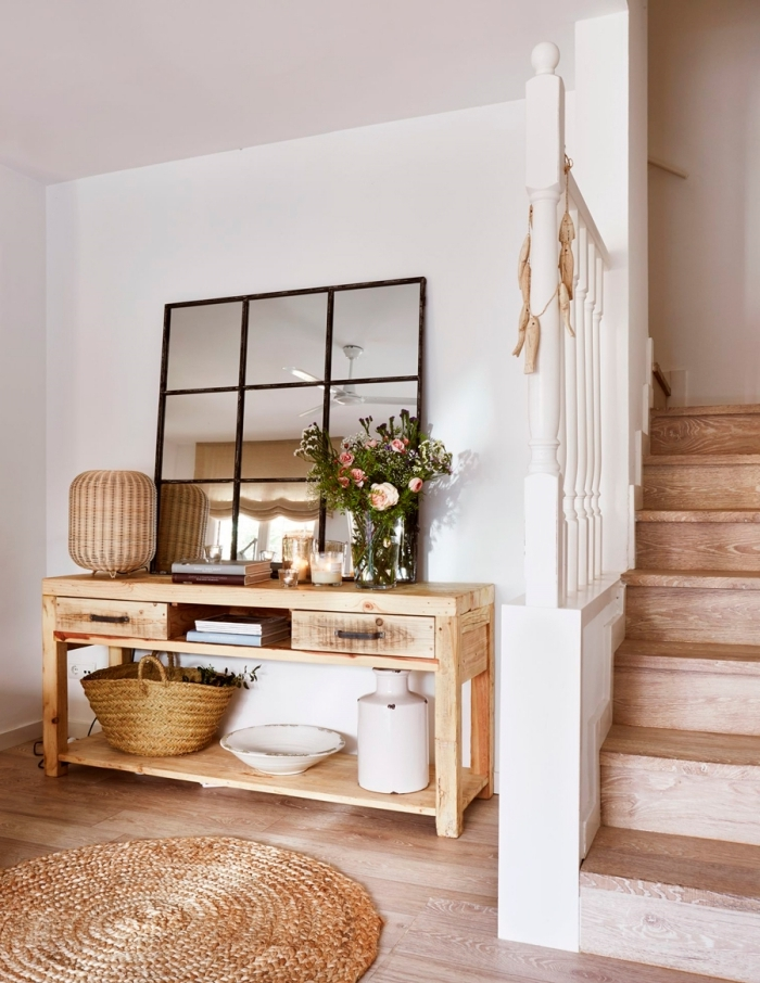 tapis jute rond meuble bois lampe rotin escalier bois decoration couloir d entrée peinture blanche