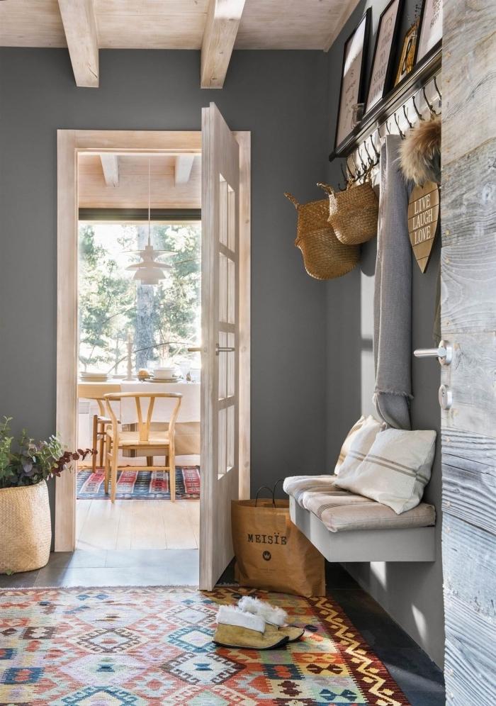 tapis multicolore peinture couloir étroit nuance de gris poutres apparentes paniers tressés