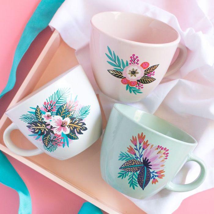 tasse à thé customisée de tatouage temporaire dans plateau de service en bois idée cadeau fête des mamie a faire soi meme