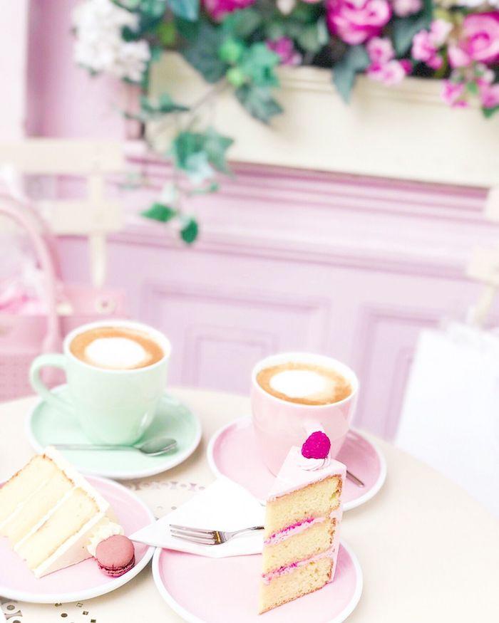 tasses de cappucino et tranche de gateau dans assiettes roses fleurs sur le fond couleur pastel
