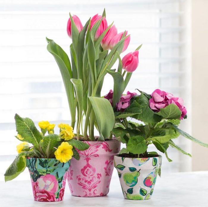 technique su serviettage decopatch avec papier decopatch pour customiser un pot de fleur diy à imprimé floral, cadeau fête des grands-mères à fabriquer