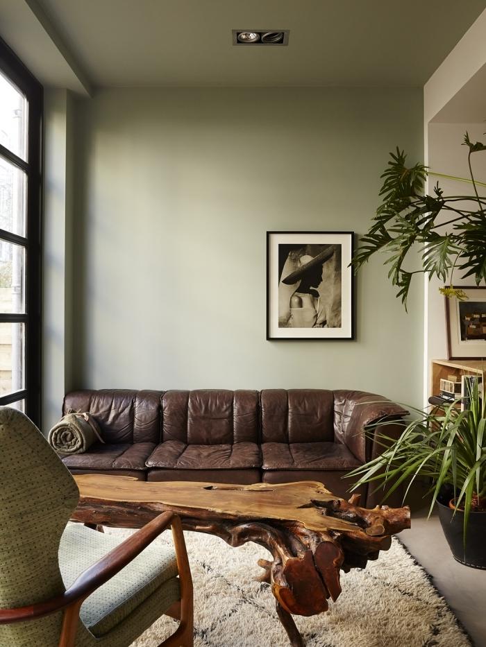tendance deco 2021 canapé cuir marron table bois brut tapis barbère blanc et noir plantes