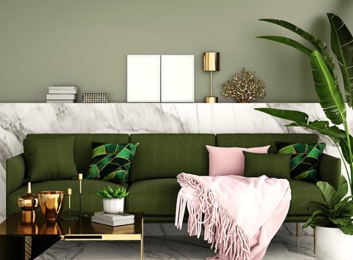 tendance deco 2021 plante verte plaid frange rose pastel canapé vert revêtement marbre