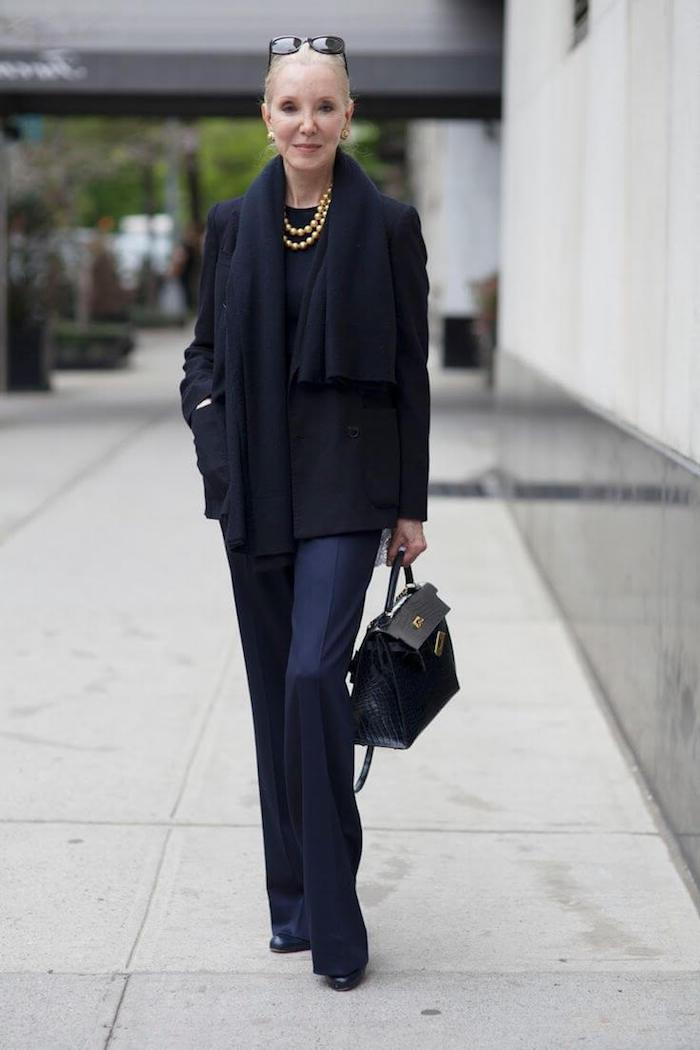 tenue noire femme 60 ans avec veste noire et sac de la meme couleur tenue stylée demme agée