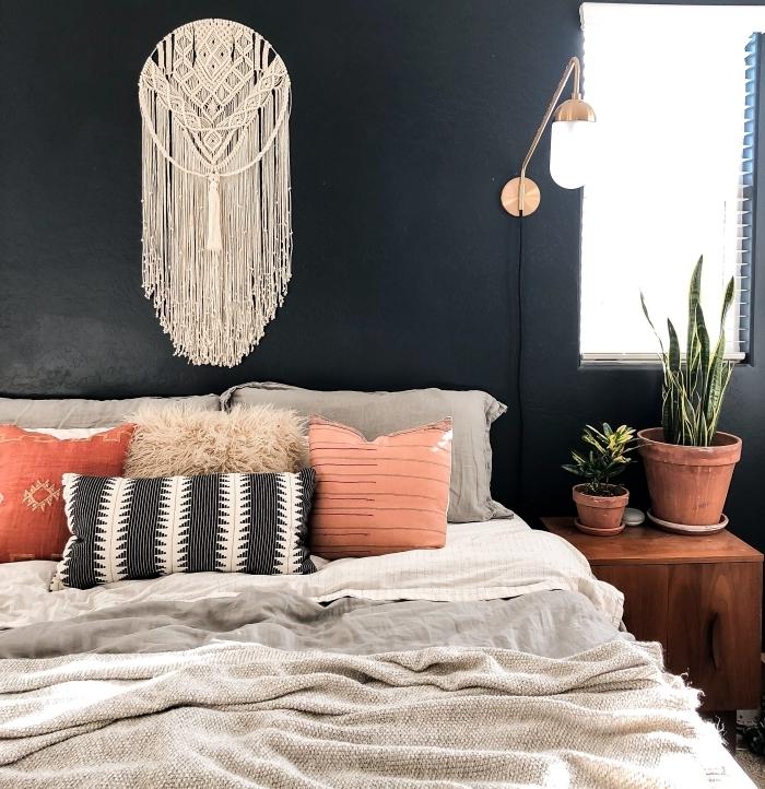 tete de lit macramé peinture murale noire coussins décoratifs table de chevet bois foncé pot terre cuite