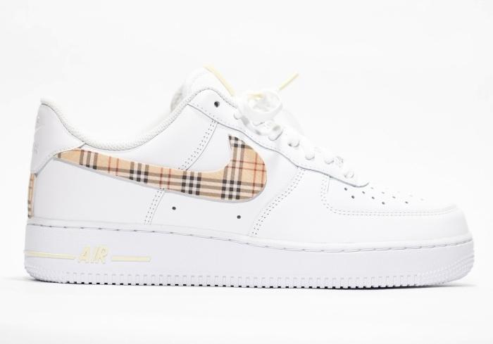 tissu motifs carreaux beige et rouge décoration chaussures blanches nike air force 1 customiser facilement