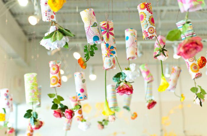 tubes de papier coloré à motif fleuri avec des fleurs suspendues activité manuelle ado sur theme fleurs