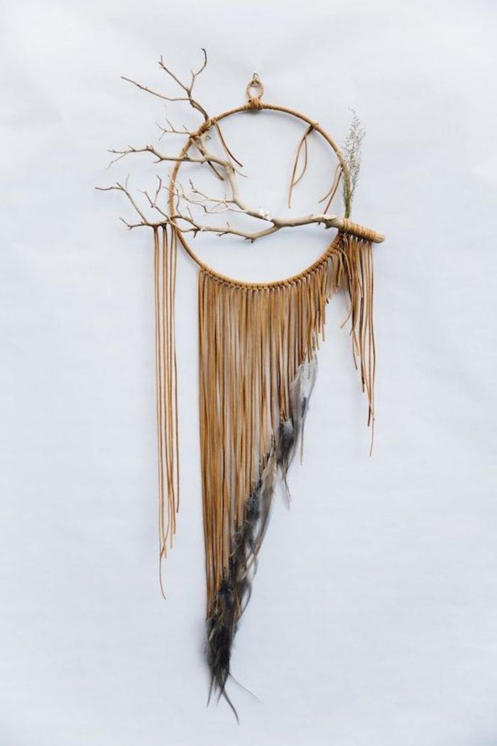 tuto attrape reve arbre de vie diy suspension murale cercle bois cordon marron plumes noires branches bois