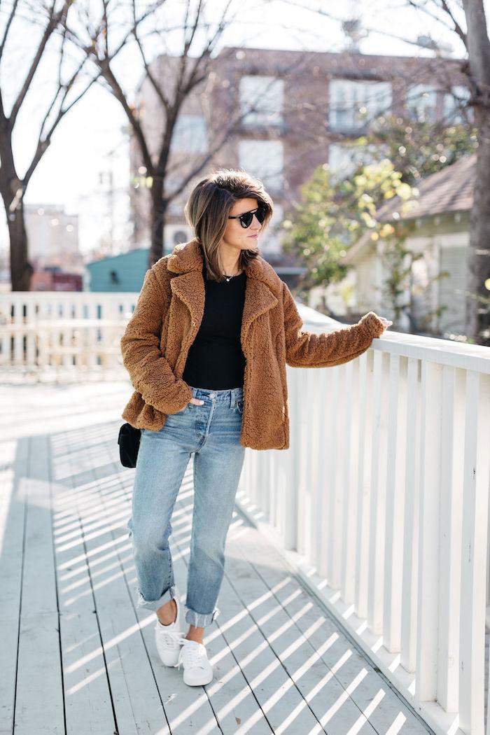 un look avec jean mom pour l hiver associé d un manteau en pelouche et baskets blancs