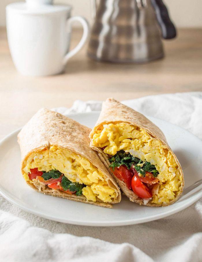 un petit déjeuner original avec recette wrap chaud rempli des oeufs battus et des légmues