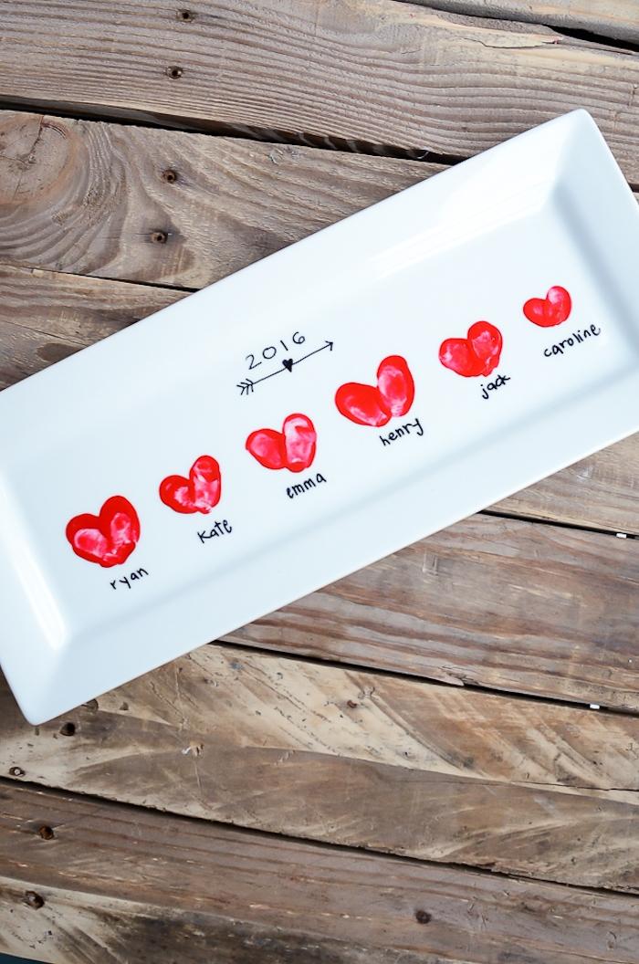 un plateau blanc assiette décorée de coeurs en empreintes de doigt en peinture rouge idée cadeau fête des mamie