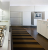une cuisine avec des meubles en bois blanc et des lumières led