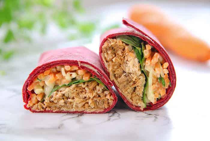 une idée de galette wrap coloré en rouge avec du pork tiré et de la salade coleslaw
