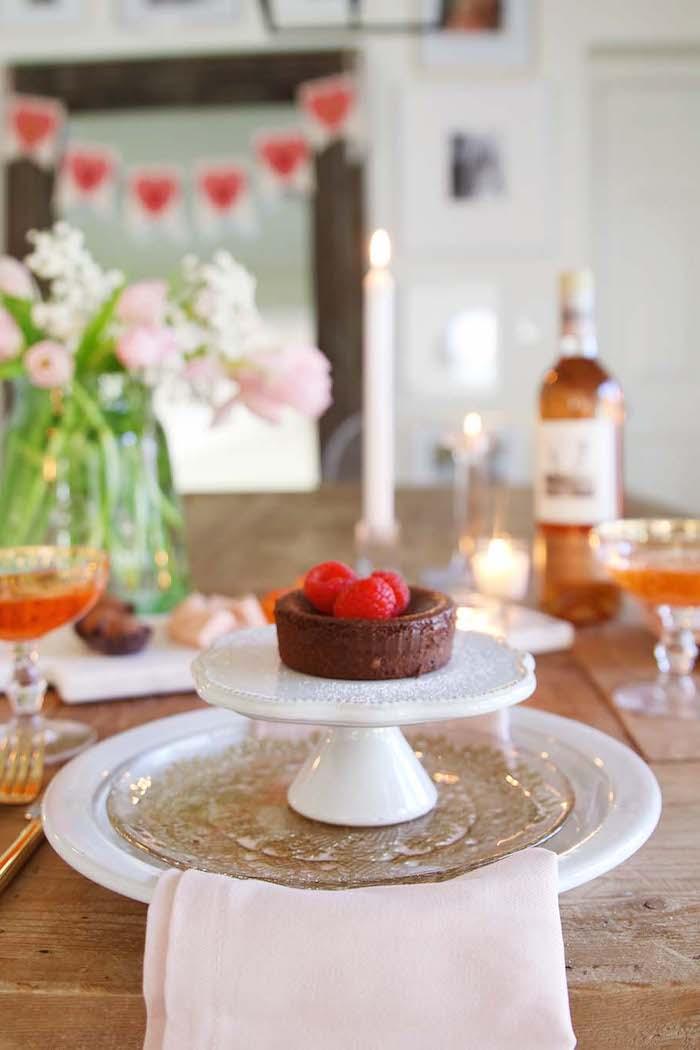 une idée de mettre une table romantique pour saint valentin avec un petit gateau servi sur un plateau en porcelaine