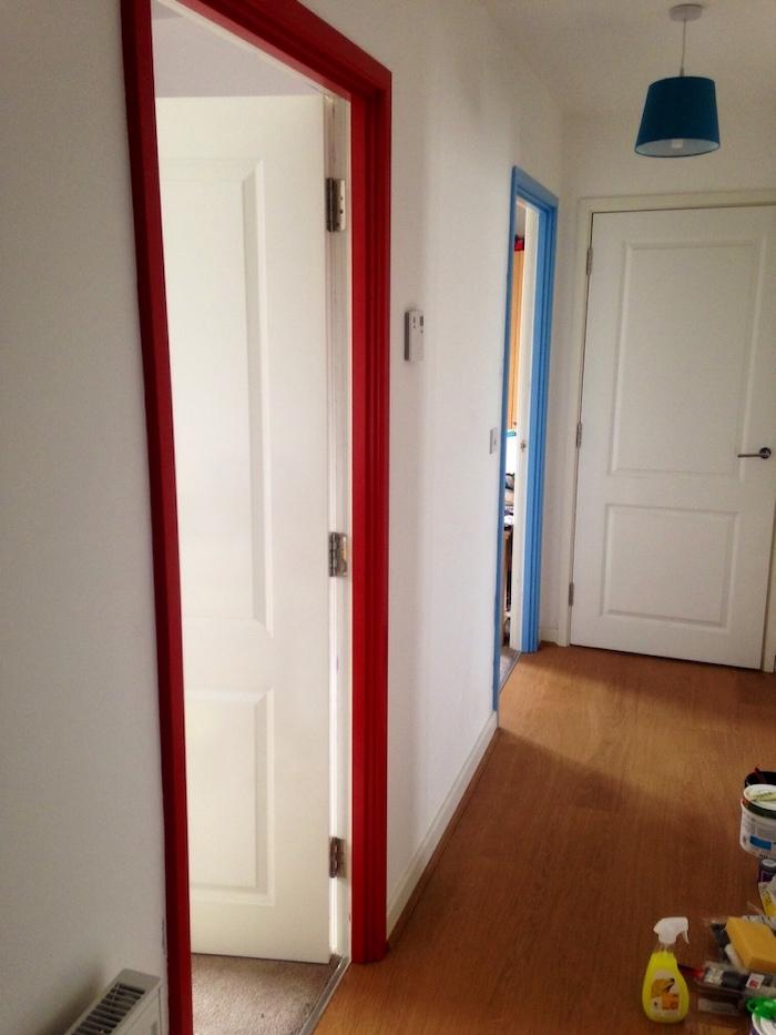 une idée de peinture des portes en blanc et des cadres en bleu ou rouge