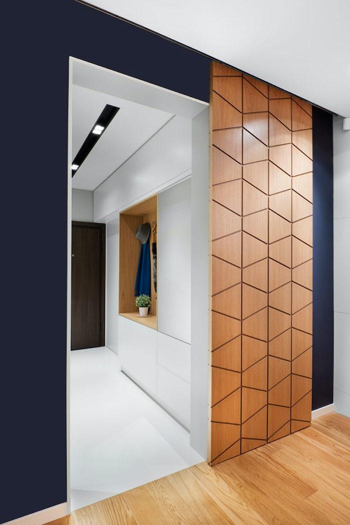 une porte de couloir glisante et moderne en bois avec des formes geometriques