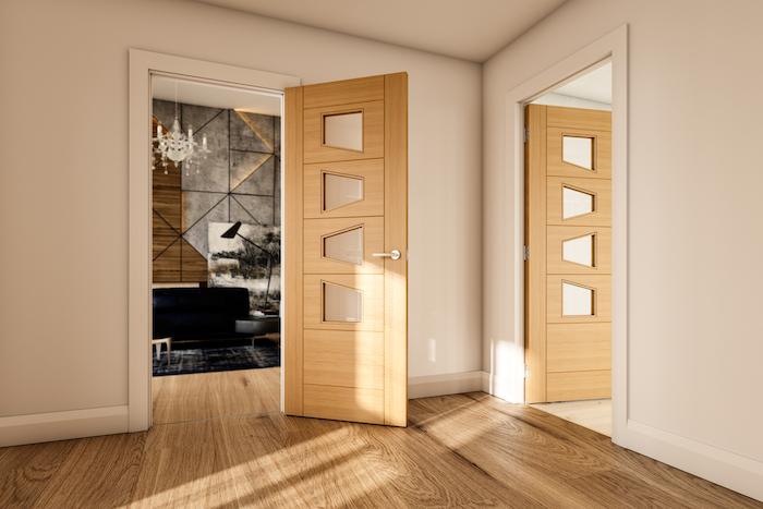 une porte en bois dans une cadre et murs enn blac dans le couloir