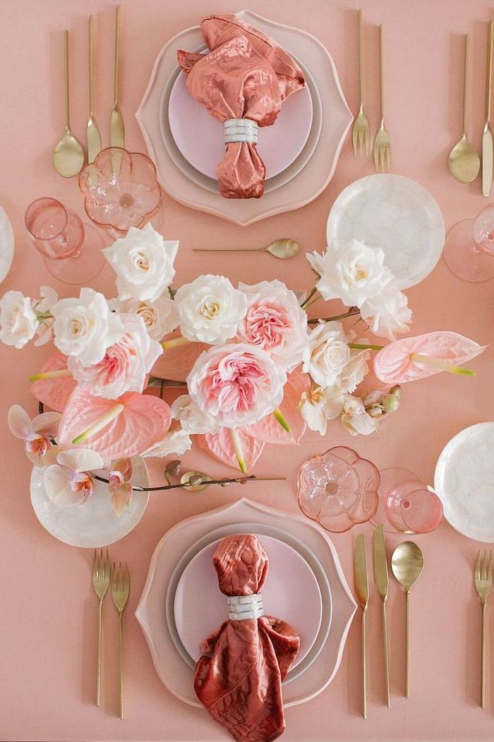 une table en tonnalité rose pour saint valentin avec des roses et des lilies