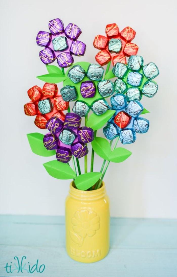 vase en por de fleur rempli de fleurs en tiges et pétales de bonbons bonne fete mamie cadeau creatif