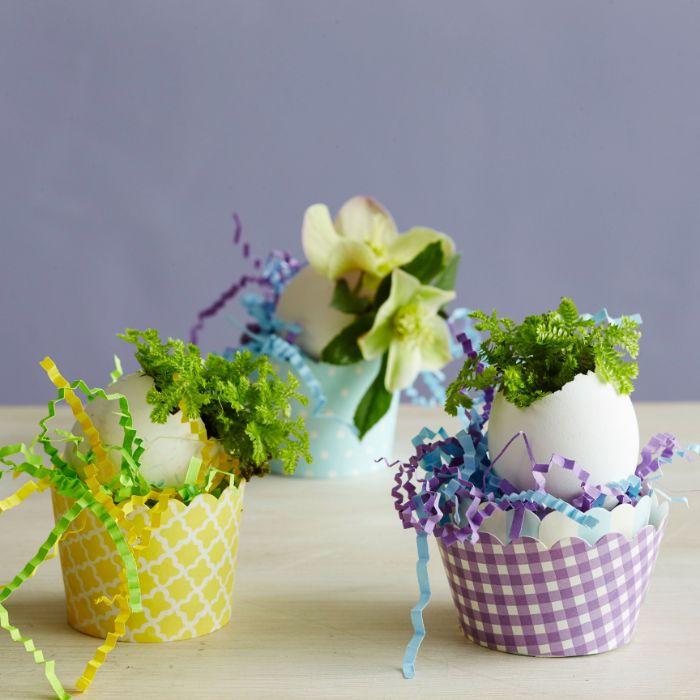 vase fabriqué dans une coquille d oeuf avec petit bouquet de fleurs dans un petit panier de papier rempli de confettis de papier colorés