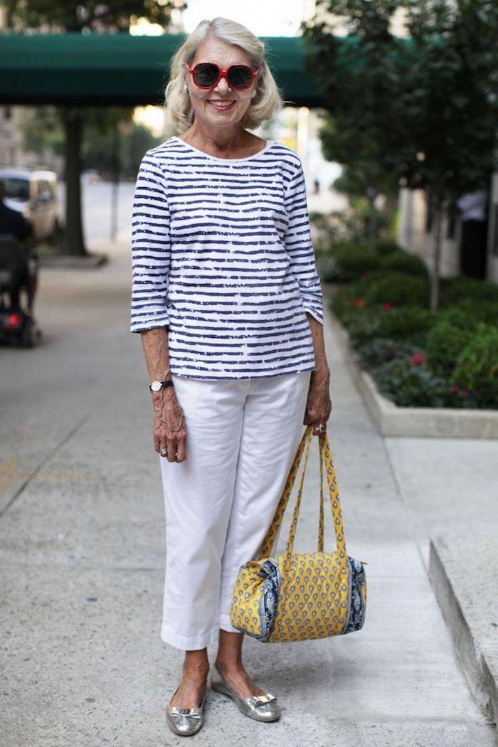 vetement femme 50 ans tendance pantalpn blanc oversize et blouse blanc et noir lunettes de soleil sac jaune tendance