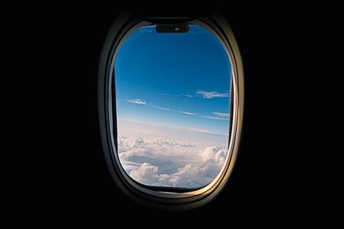 voyage en avion fenetre avec vue dans les nuages