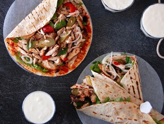 wrap maison avec du poulet des cornichones et de l oignon variante de kebap servie avec de sauce de yaourt