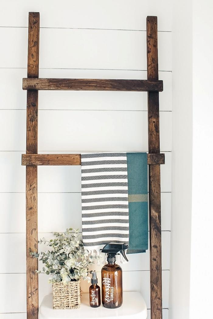 échelle bois recup peinture retro bois foncé astuce rangement salle de bain pinterest serviette de bain