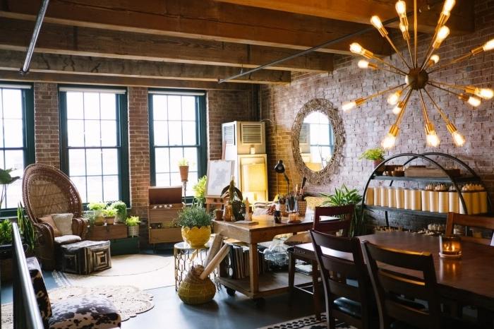 éclairage moderne poutres bois apparente chaise fauteuil rotin deco industrielle chic table bois foncé
