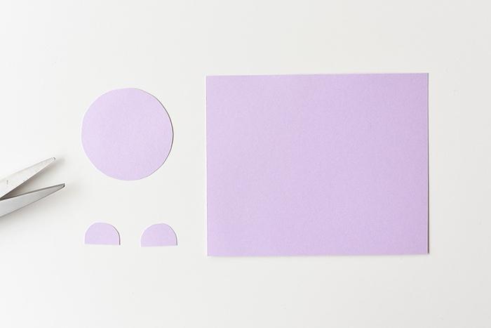 activité manuelle pâques bricolage facile tutoriel découper des parties visage lapin papier cartonné uni rose ciseaux