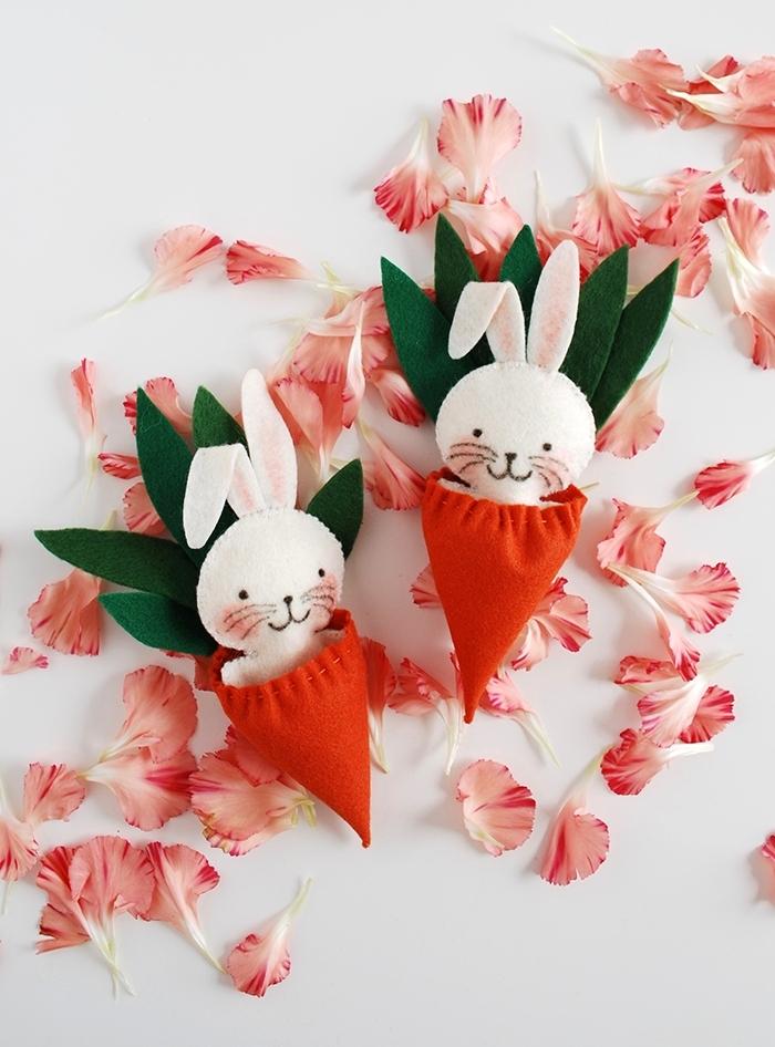 activité manuelle paques figurine petit lapin corps en feutre blanc oreilles rose carrotte orange et vert