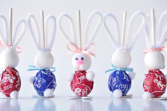 activite manuelle de paques bricolage facile tutoriel comment faire un lapin pompon mini cure pipes colle