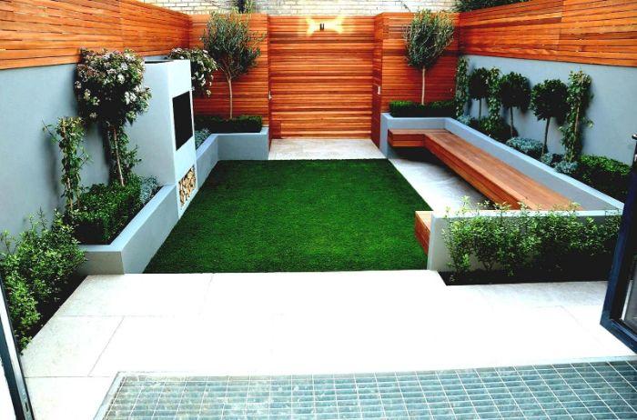 aménagement de terrasse extérieure avec gazon vert banc de bois mur cloture de bois bordure de buis et arbres