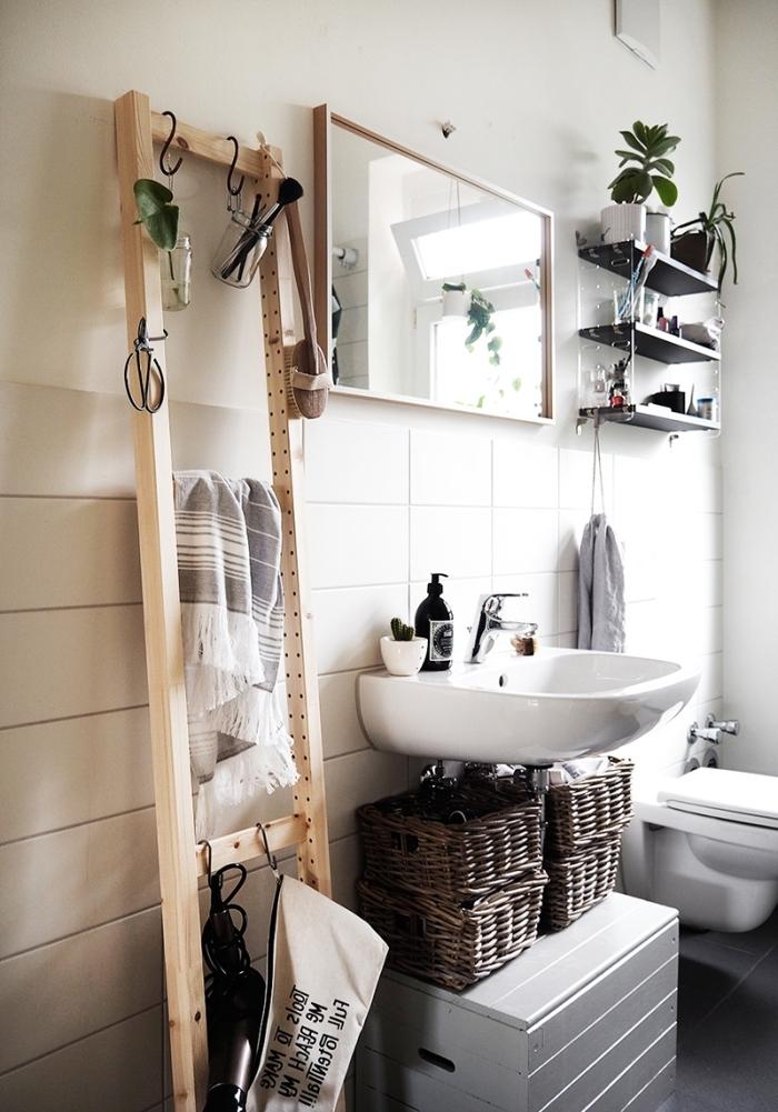 aménagement petite salle de bain échelle en bois pour serviette crochet jar verre panier tressé