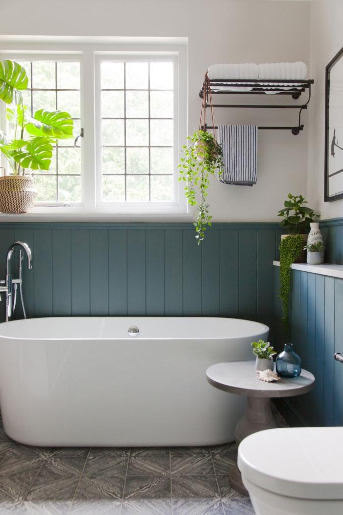 aménagement petite salle de bain avec baignoire autoportante couleur mur bleu foncé tendance