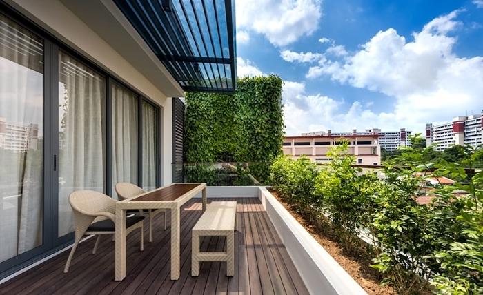 aménagement terrasse sol bois table et chaises balcon plantes vertes idée comment faire un mur végétal brise vue