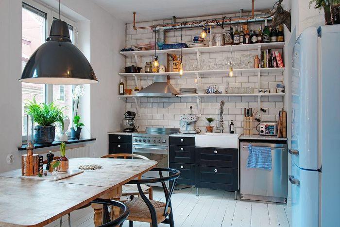aménager sa cuisine d appartement déco industrielle chic avec étagères ouvertes carrelage blanc meuble cuisine industriel ampoules electriques