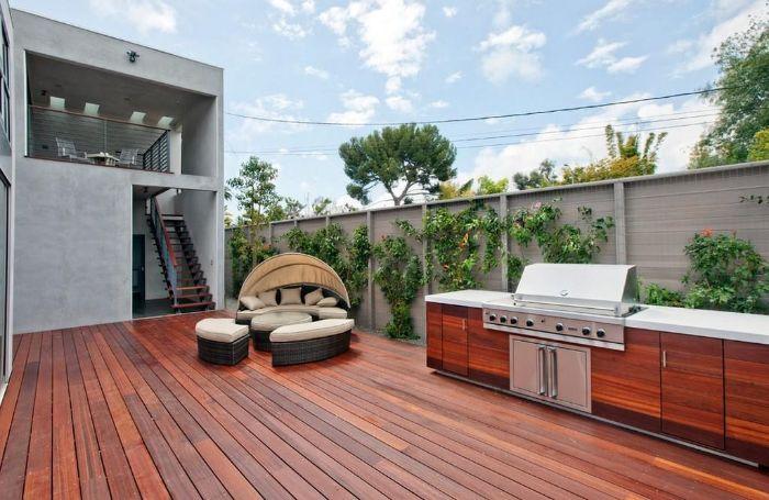 aménager sa terrasse en dehors cuisine exterieure sur terrasse de bois avec coin detente en resine mur végétal