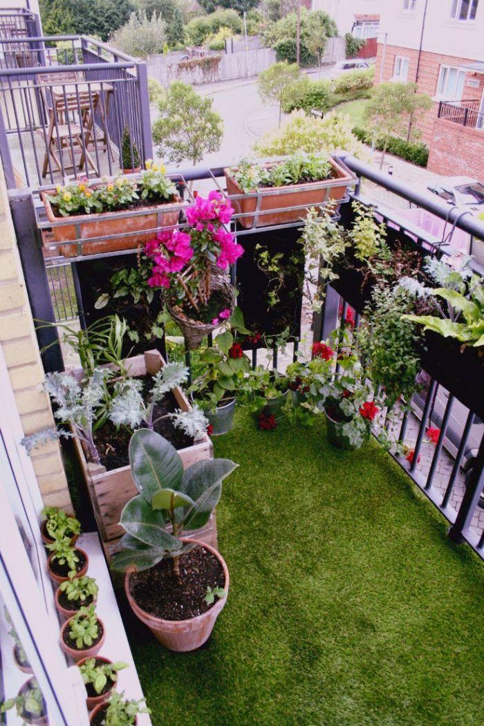aménager un petit jardin de 10 m2 sur un balcon avec des plantes en pots et jardinières et revetement terrasse en gazon synrhétique