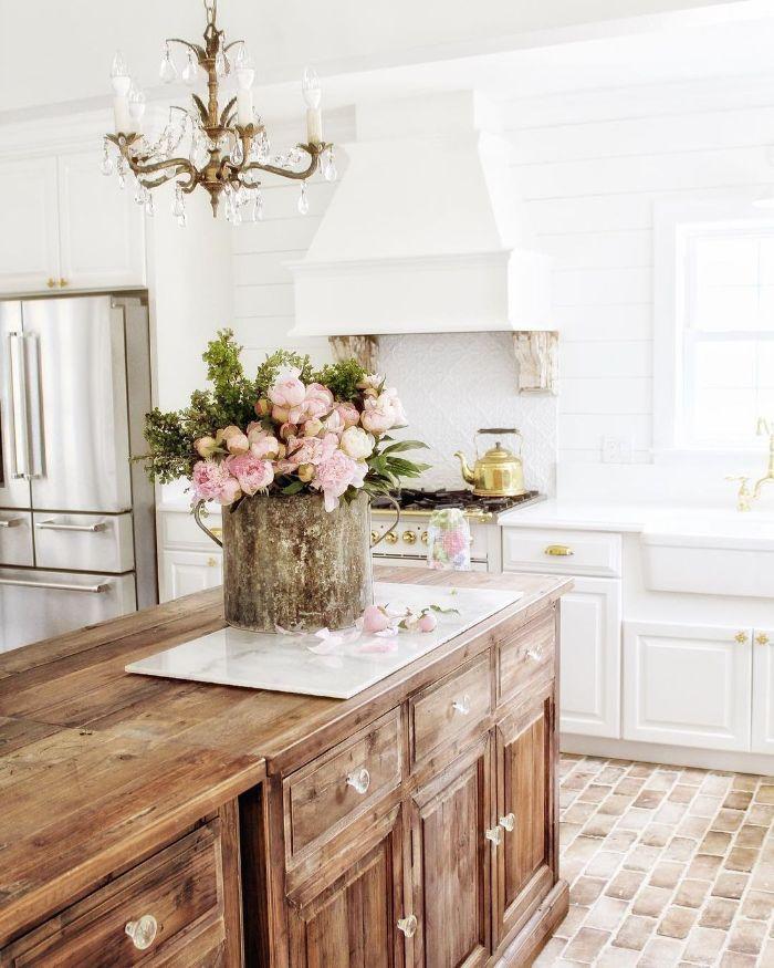 aménager une cuisine maison de campagne avec meuble bas blanc lambris blanc ilot central bois accents déco laiton