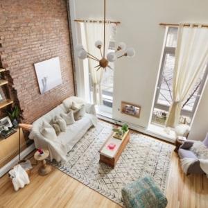 ambiance cocooning intérieur loft mur briques rouges rangement vertical étagère en bois parquet stratifié
