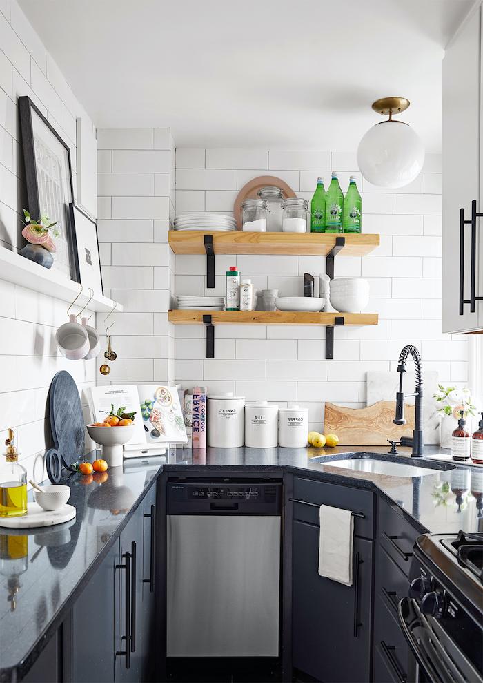 aménagement petite cuisine 6m2 avec du carrelage blanc et meubles en gris