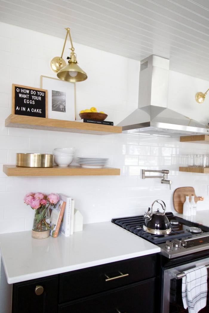 aménagement petite cuisine 6m2 avec un four et lave vaisselle et des etageres en bois au mur