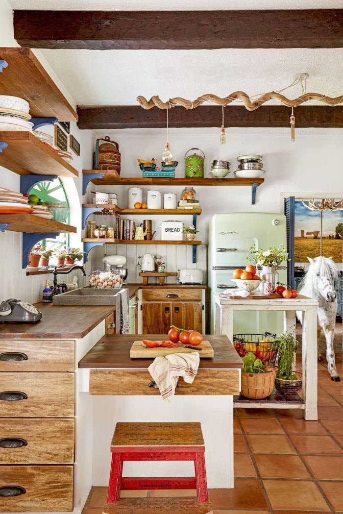 amenagement cuisine campagne chic bois avec étagères boisées ilot central bois blanc étagères ouvertes poutres apparentes