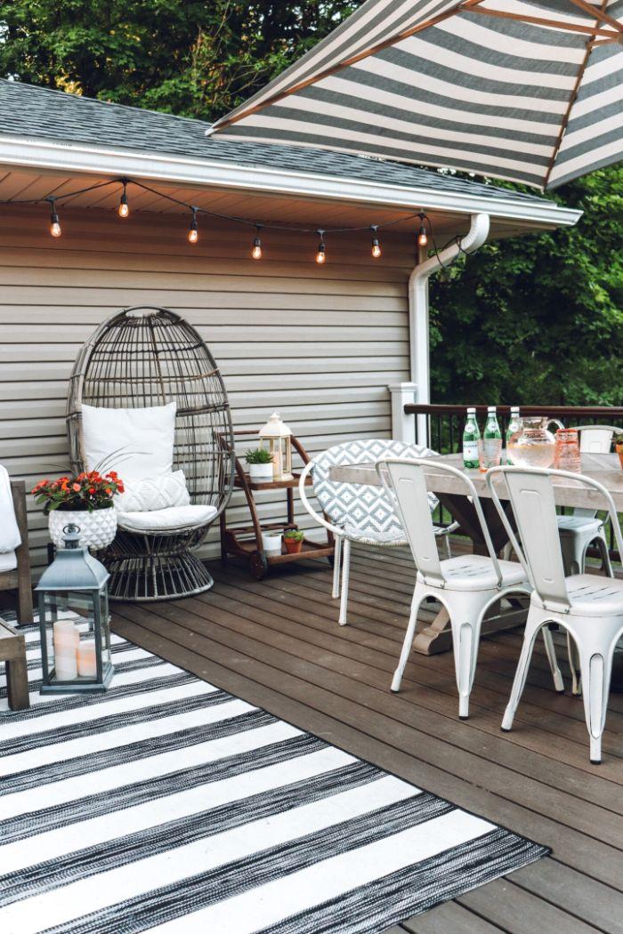 amenagement terrasse cocooning bois composire avec chaise fauteuil oeuf design tapis noir et blanc chaises et table metal
