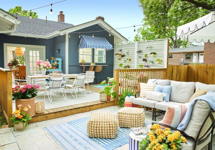 amenagement terrasse devant maison avec partie salle à manger extérieure sur bois et partie salon de jardin dalles de béton